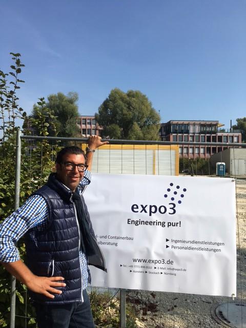 Die ersten Module treffen in Konstanz ein - expo3 Geschäftsführer Frank Krugmann überwacht die Anlieferung